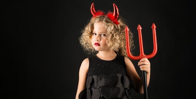 Ragazza carina in costume da diavolo