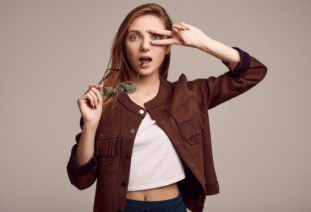 Ragazza carina in giacca di moda e occhiali