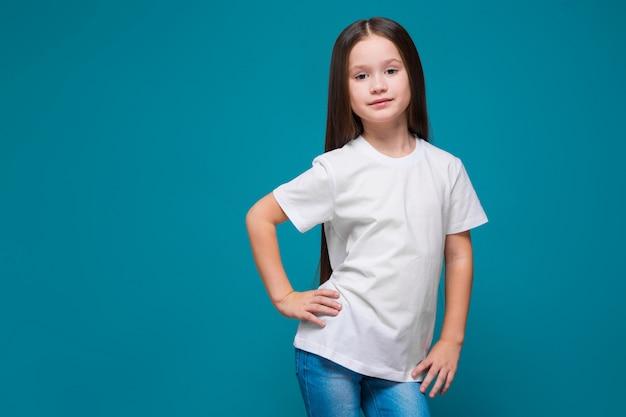 Ragazza carina in maglietta con i capelli lunghi