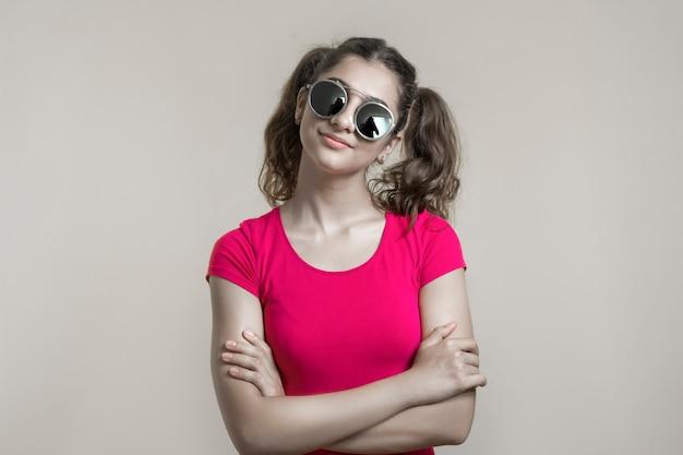 Ragazza carina in occhiali da sole.