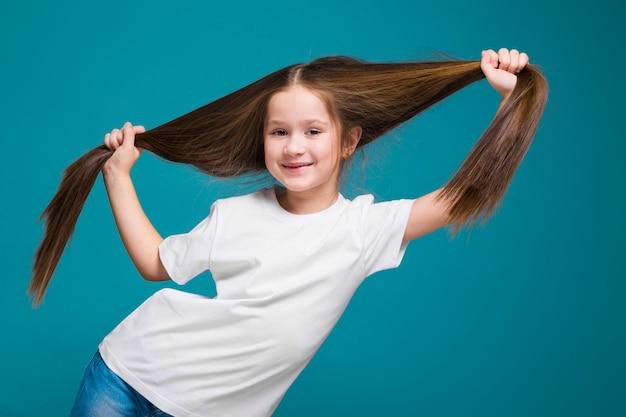 Ragazza carina in t-shirt con i capelli lunghi