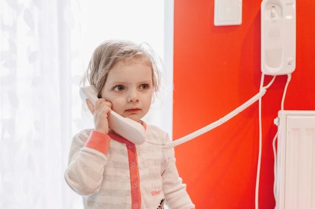 Ragazza carina parlando al telefono