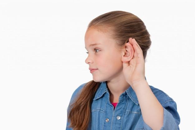 Ragazza carina pungendo il suo orecchio