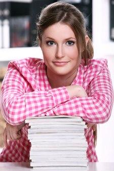 Ragazza carina studentessa alla scrivania