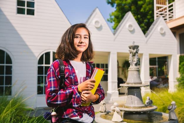 Ragazza caucesiana adolescente felice di andare al college