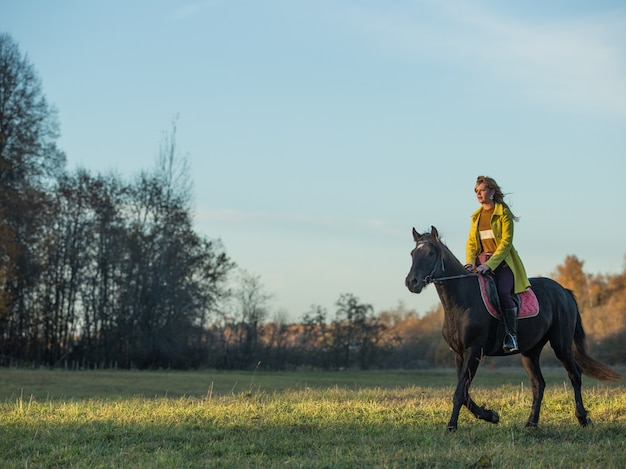 Ragazza cavalca un cavallo