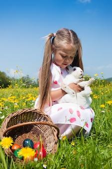 Ragazza che abbraccia un coniglio bianco
