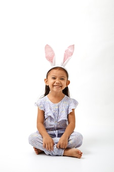 Ragazza che agisce come un piccolo giorno di Pasqua