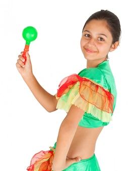 Ragazza che balla con abbigliamento latino americano