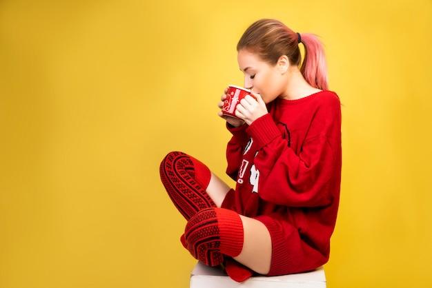 Ragazza che beve caffè caldo