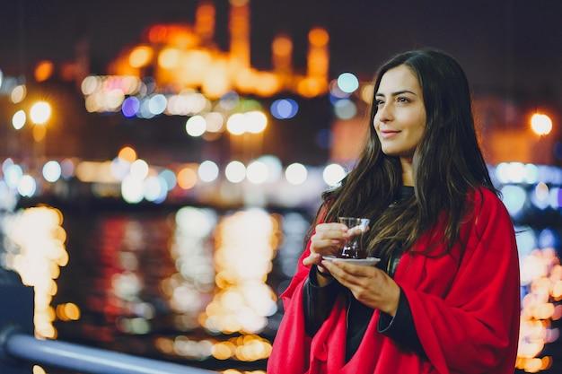 Ragazza che beve tè a istanbul