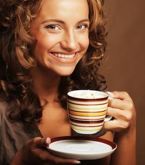 Ragazza che beve tè o caffè