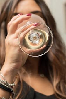 Ragazza che beve un bicchiere di vino