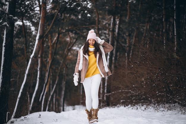Ragazza che cammina nel parco di inverno
