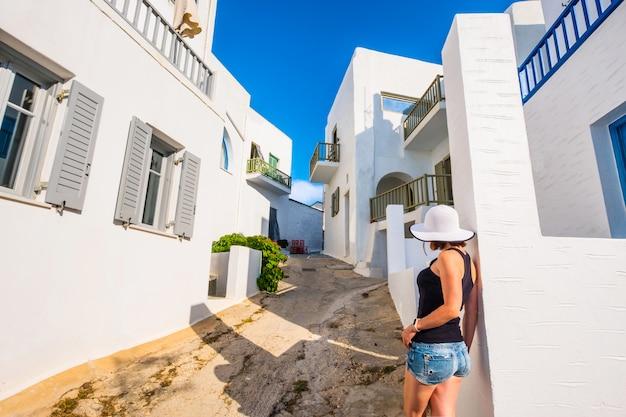 Ragazza che cammina su una strada greca