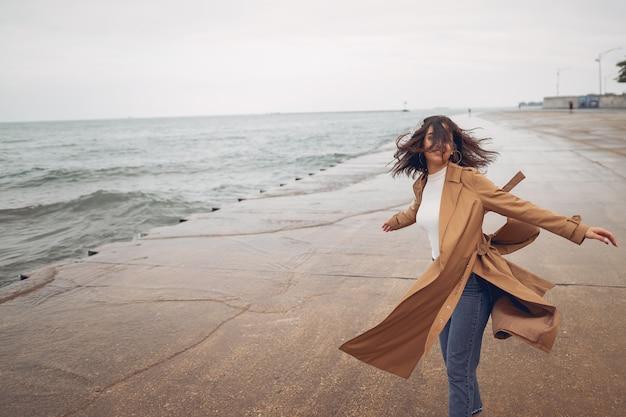Ragazza che cammina sulla spiaggia