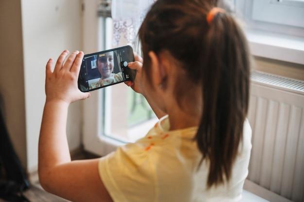 Ragazza che cattura selfie con smartphone