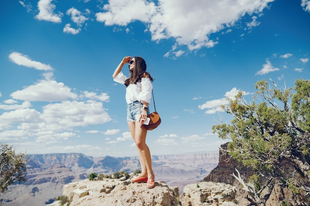 Ragazza che esplora il grand canyon in arizona