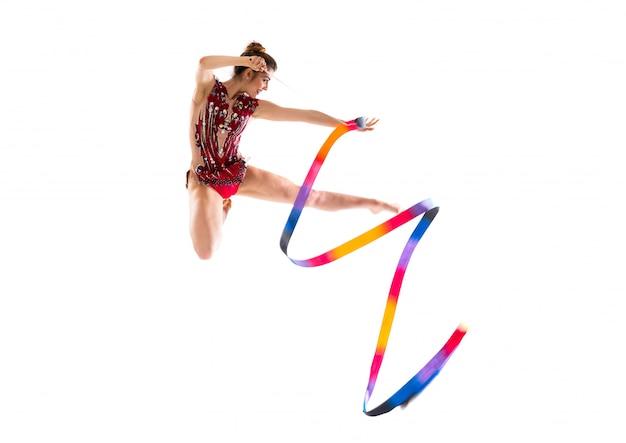 Ragazza che fa ginnastica ritmica con il salto del nastro