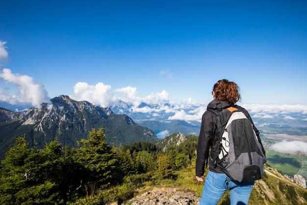 Ragazza che fa un'escursione nelle montagne della baviera, germania del sud. europa