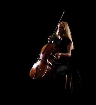 Ragazza che gioca il violoncello su priorità bassa nera isolata