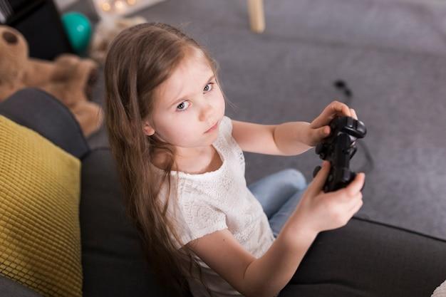 Ragazza che gioca sulla console