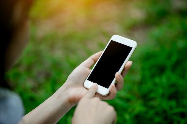 Ragazza che gioca telefono a portata di mano per la comunicazione e il contatto online