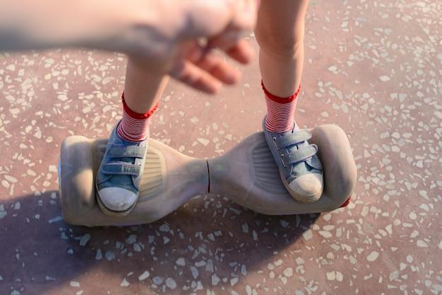 Ragazza che guida sull'hoverboard