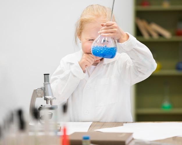 Ragazza che impara a fare scienza