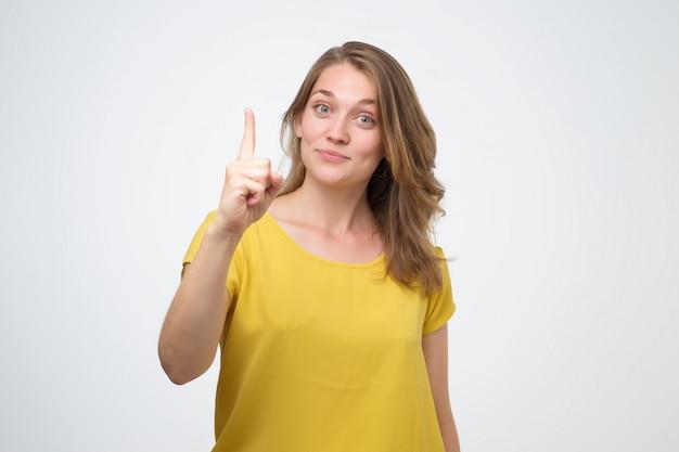 Ragazza che indica con il dito verso l'alto che ha una buona idea.