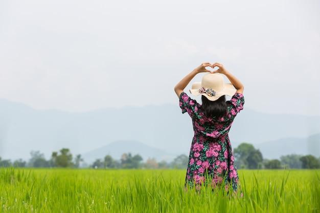 Ragazza che indossa un abito floreale in piedi su un prato