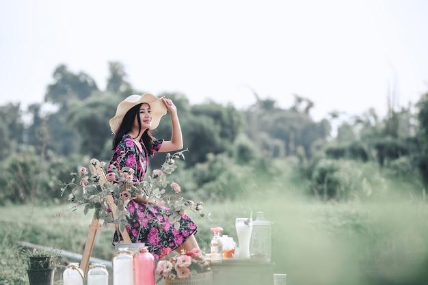 Ragazza che indossa un abito floreale nella natura