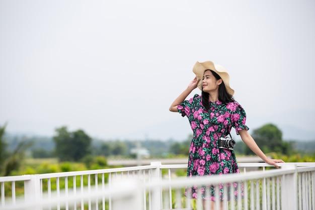 Ragazza che indossa un abito floreale sul balcone