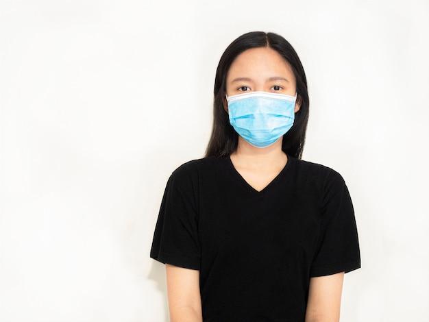 Ragazza che indossa una maschera igienica per prevenire l'infezione