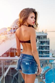 Ragazza che indossa una posa bikini