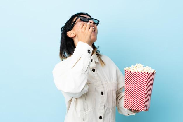 Ragazza che mangia popcorn