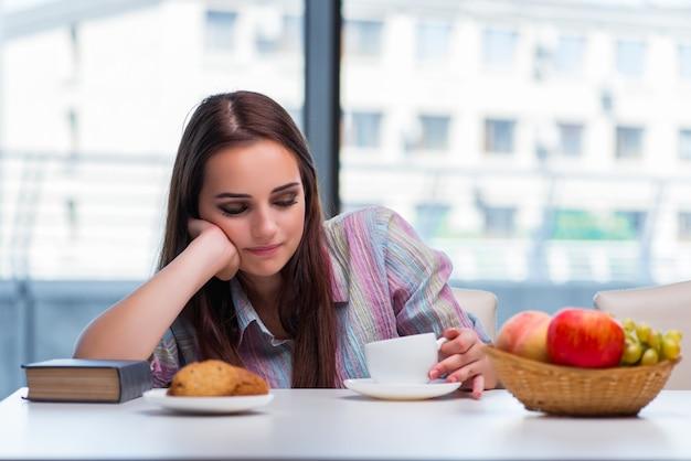 Ragazza che mangia prima colazione la mattina