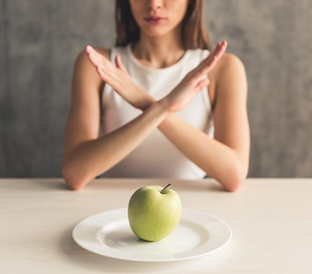 Ragazza che mantiene dieta