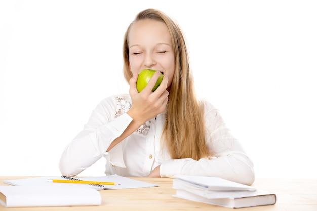 Ragazza che morde una mela