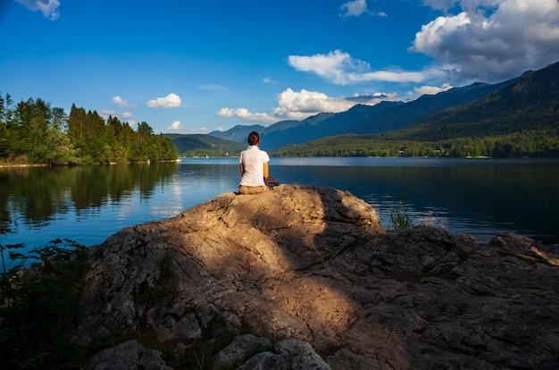 Ragazza che osserva il lago scenico bohinj