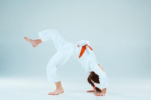 Ragazza che propone all'addestramento di aikido nella scuola di arti marziali. stile di vita sano e concetto di sport