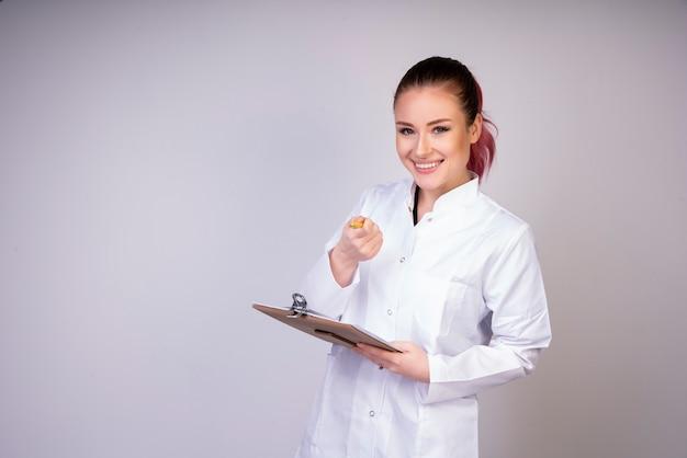 Ragazza che ride in uniforme bianca del medico