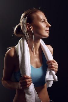 Ragazza che riposa dopo gli esercizi in palestra