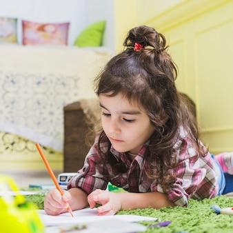 Ragazza che scrive con la matita su carta
