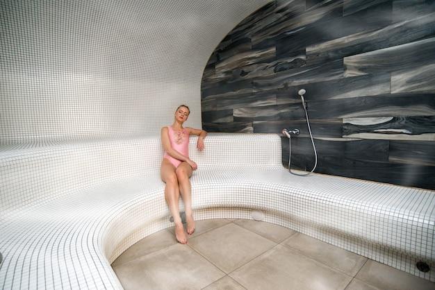 Ragazza che si distende in un bagno turco