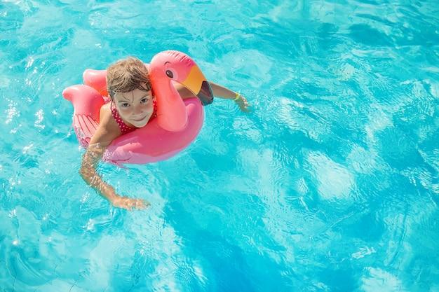 Ragazza che si distende nella piscina