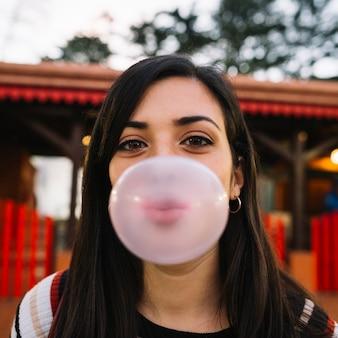 Ragazza che soffia chewing gum