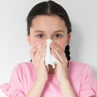 Ragazza che soffia il naso