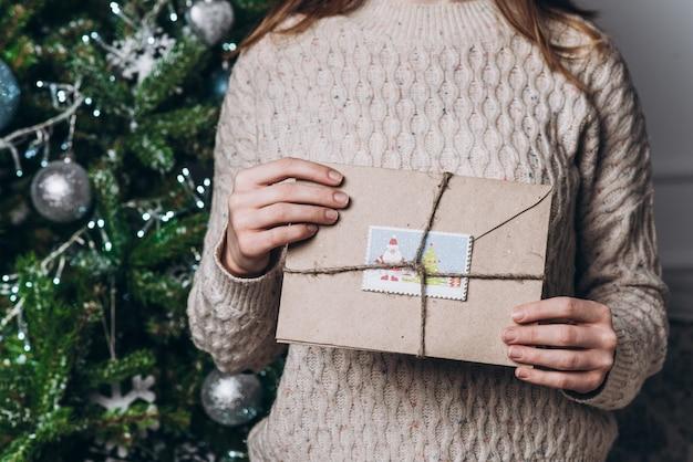 Ragazza che tiene le lettere del nuovo anno. natale e il concetto di capodanno.