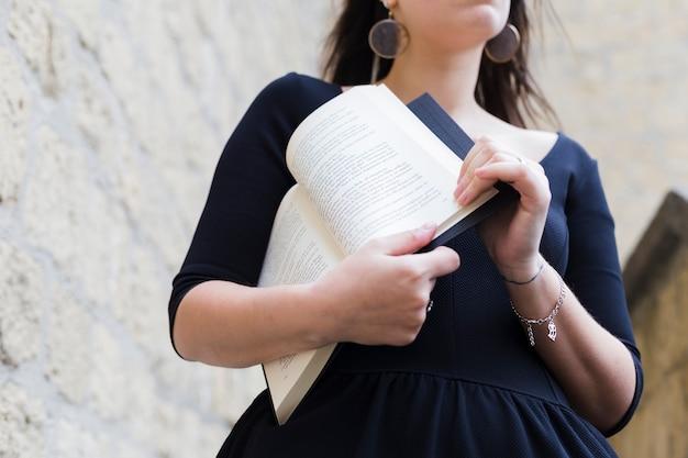 Ragazza che tiene un libro